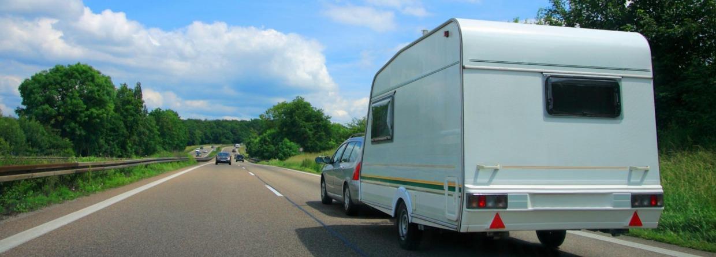 Caravan achter een auto