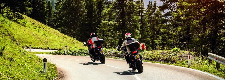 Twee motorrijders in de bergen