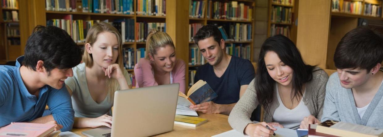 Studenten in de bibliotheek aan het studeren