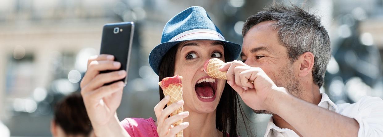 Man duwt ijsje bij vriendin op haar neus