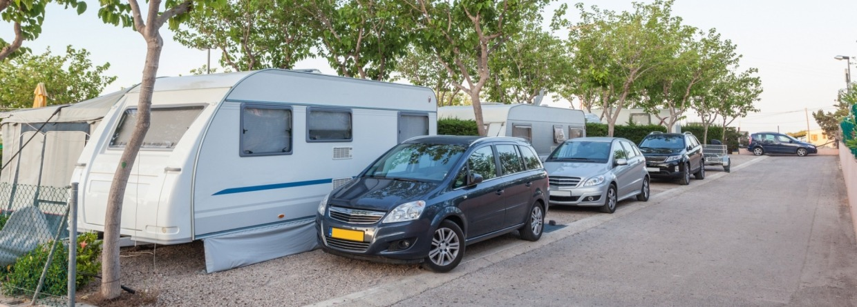 Auto voor de caravan op de camping