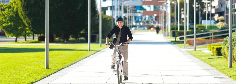 Man met een helm op een e-bike