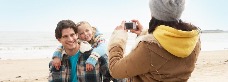 Vader en dochter worden gefotografeerd door moeder