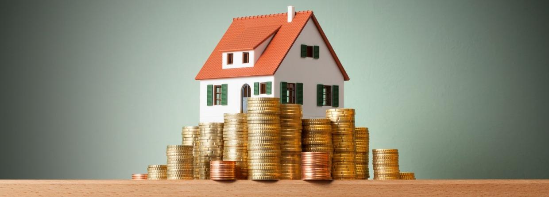 Huis op een stapel geld