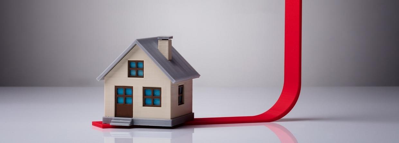 Close-up van huis Model op rode pijl die omhoog wijst